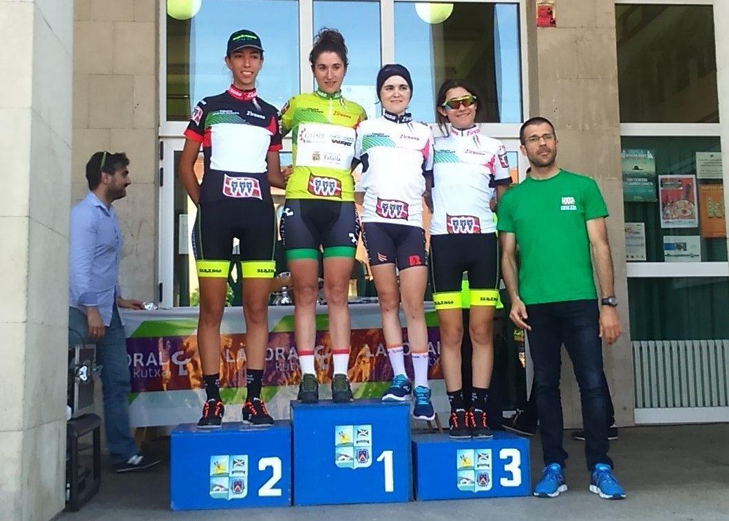 Los nuevos maillots de líderes del Euskaldun. Foto © Yolanda Álvarez / CiclismoFem-El Pelotón