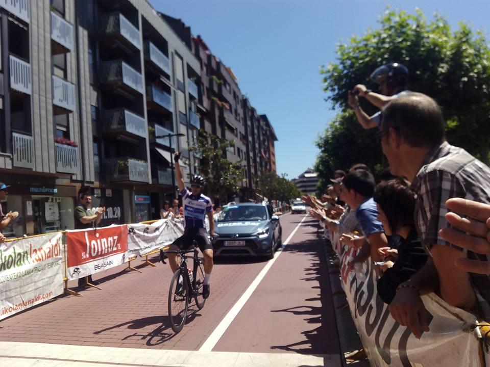 Entrada triunfal de Serrano en Beasain (Fuente: Facebook Gonzalo Serrano Rodríguez, @Arritxu Iribar)