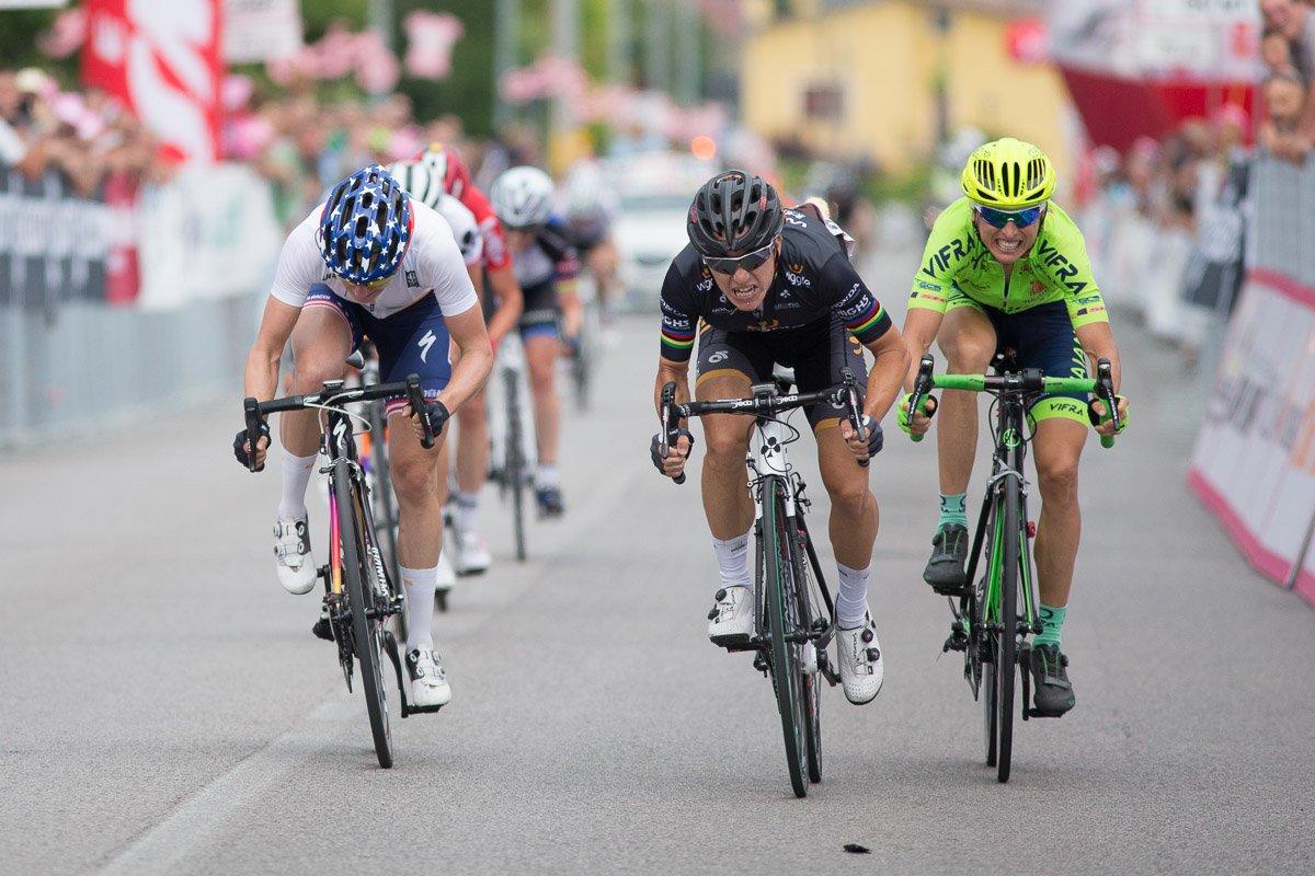 El esprint en el que ha ganado Bronzini. Foto © UCI