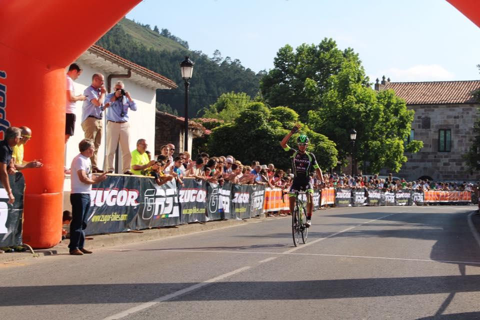 Tello entra victorioso en la prueba cántabra de Santiago de Cos (Foto: Rafa Etxebarria)