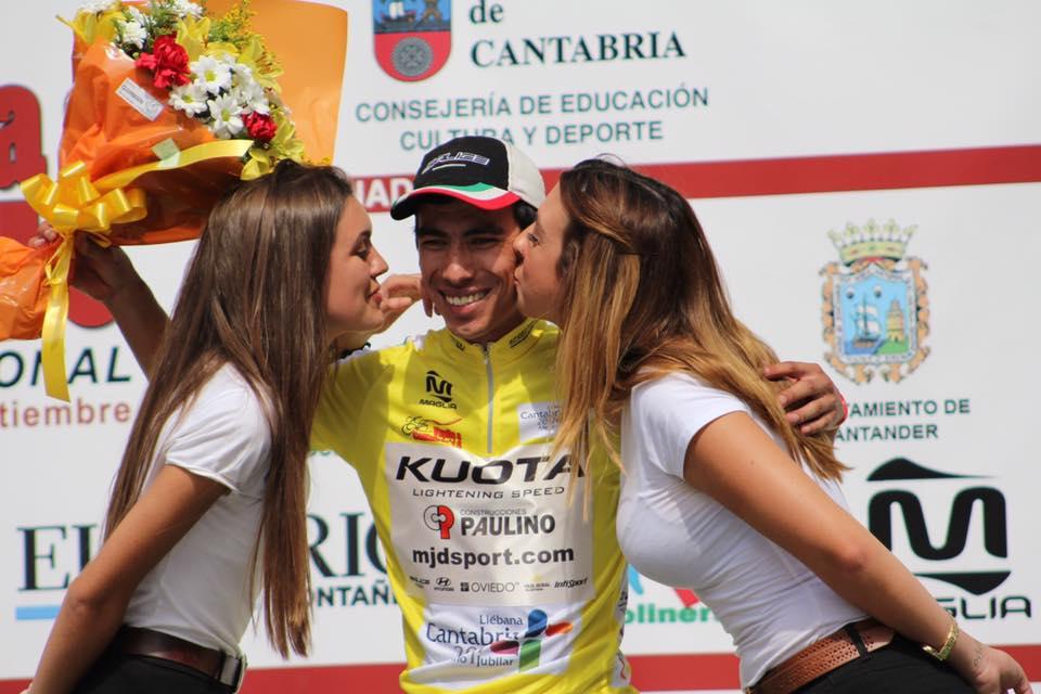 Elías Tello en lo más alto de la Vuelta a Cantabria (Foto: Rafa Etxebarria)