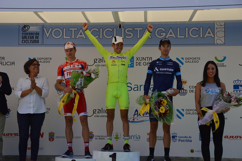 Samuel Blanco en lo más alto del Podium de la Volta a Galicia (Foto: CC Rías Baixas)