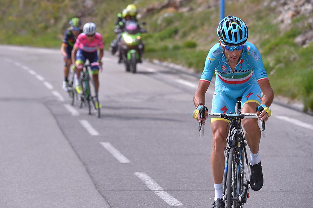 El momento decisivo. Nibali ataca a falta de 5 kilómetros para coronar el Colle della Lombarda y se marcha en solitario. Chaves, que no puede seguir el ritmo del siciliano, ve como se le escapa el Giro de Italia. © Tim de Waele