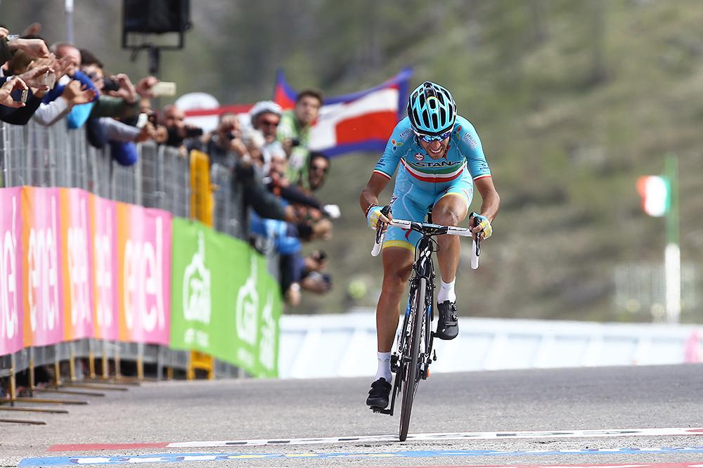 Cruzando la línea de meta. Nibali se exprimió hasta el último metro para asegurar su cuarta victoria en una gran vuelta por etapas. © Tim De Waele