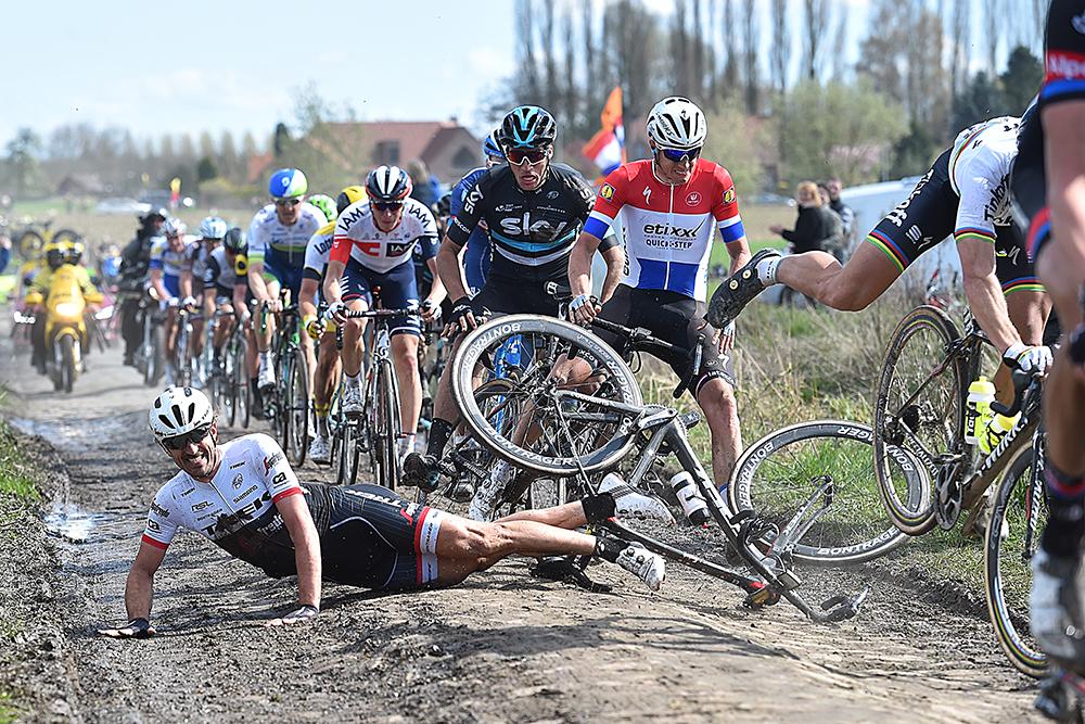 Se acabó para Cancellara. Las pocas opciones que el grupo del suizo tenía de remontar se perdieron cuando el de Berna fue al suelo. Por cierto: Sagan no se cayó, aunque parezca mentira. © Tim de Waele