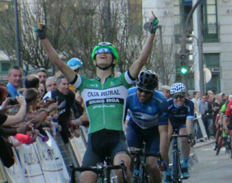 Así entró en meta Pelegrí, llevándose la victoria del Trofeo Ayuntamiento de Zamora (Foto: @CajaRural_RGA)