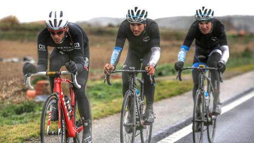 """Isaac sabe lo que es aguantar la rueda de todo un Alberto Contador. Aquí junto a Diego Sevilla (Foto: Facebook """"Isaac Cantón Serrano"""")"""