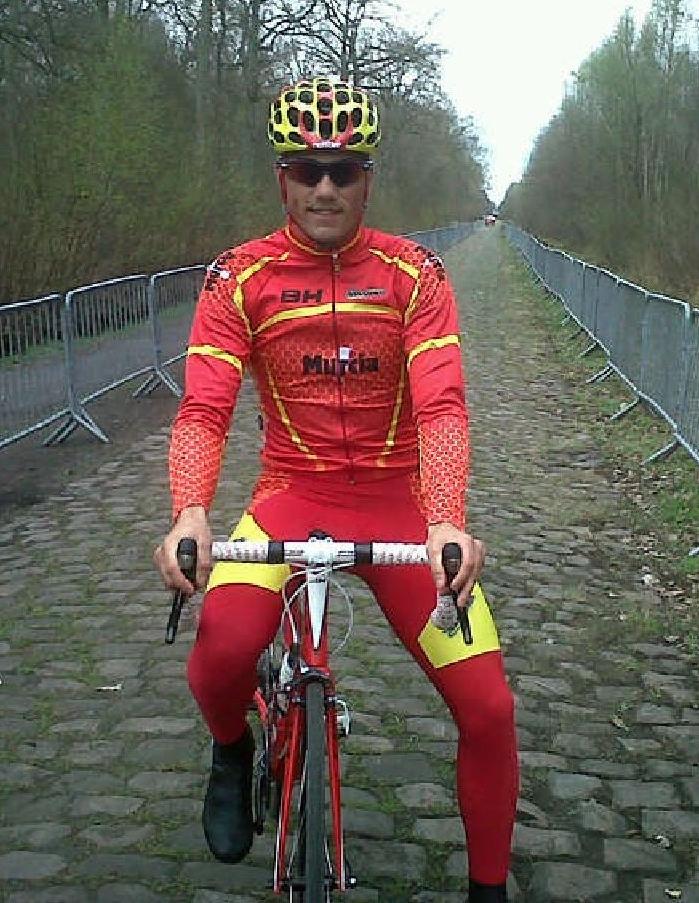 """Poder rodar por el mítico paso por Arenberg, ha sido el mejor momento para Cristian encima de la bicicleta (Foto: Facebook """"Cristian Torres Cuenca"""")"""