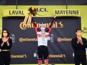 POgacar en el podio tras su victoria en la contrarreloj (Foto: letour.fr)