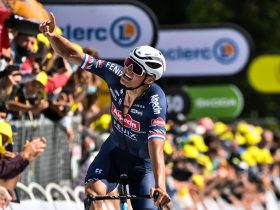 Van der Poel celebra su victoria en el Mûr-de-Bretagne (Foto: letour.fr)