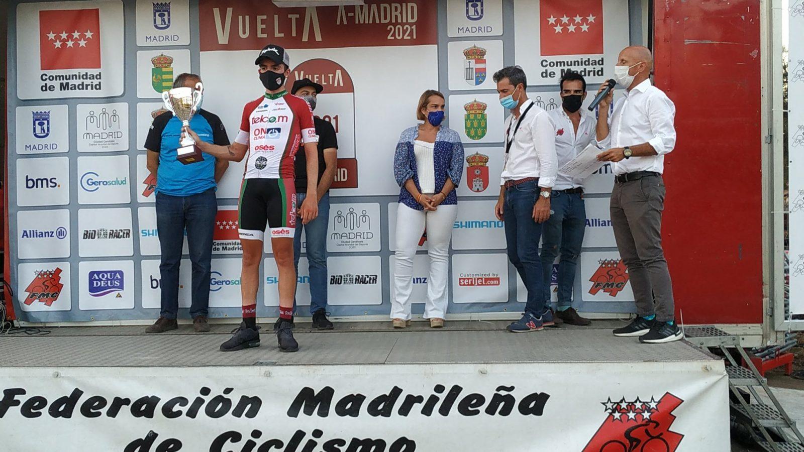 José Marín en lo alto del podium de Madrid (Foto: @FMCiclismo)