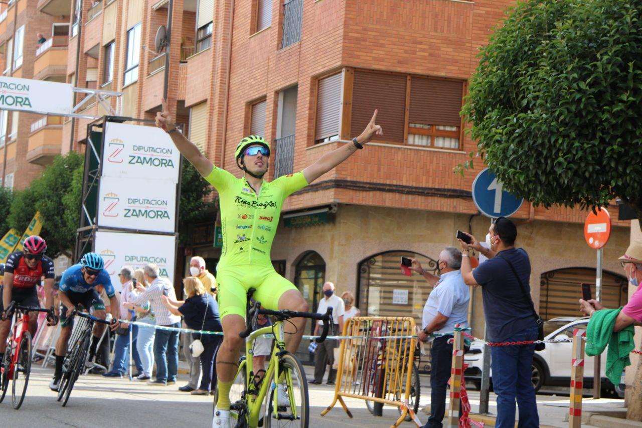 Miguel Ángel Fernández celebrando el triunfo en Benavente (Foto: Fabio López-CDC Zamora-Ciclismo El Pelotón)