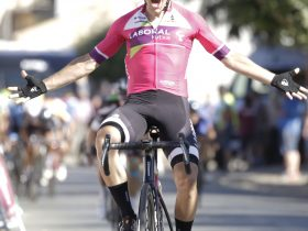 Xabier Berasategi entrando triunfante en la tercera etapa de la Vuelta a Zamora (Fuente: Alvaro García-CDC Zamora-Ciclismo El Pelotón)