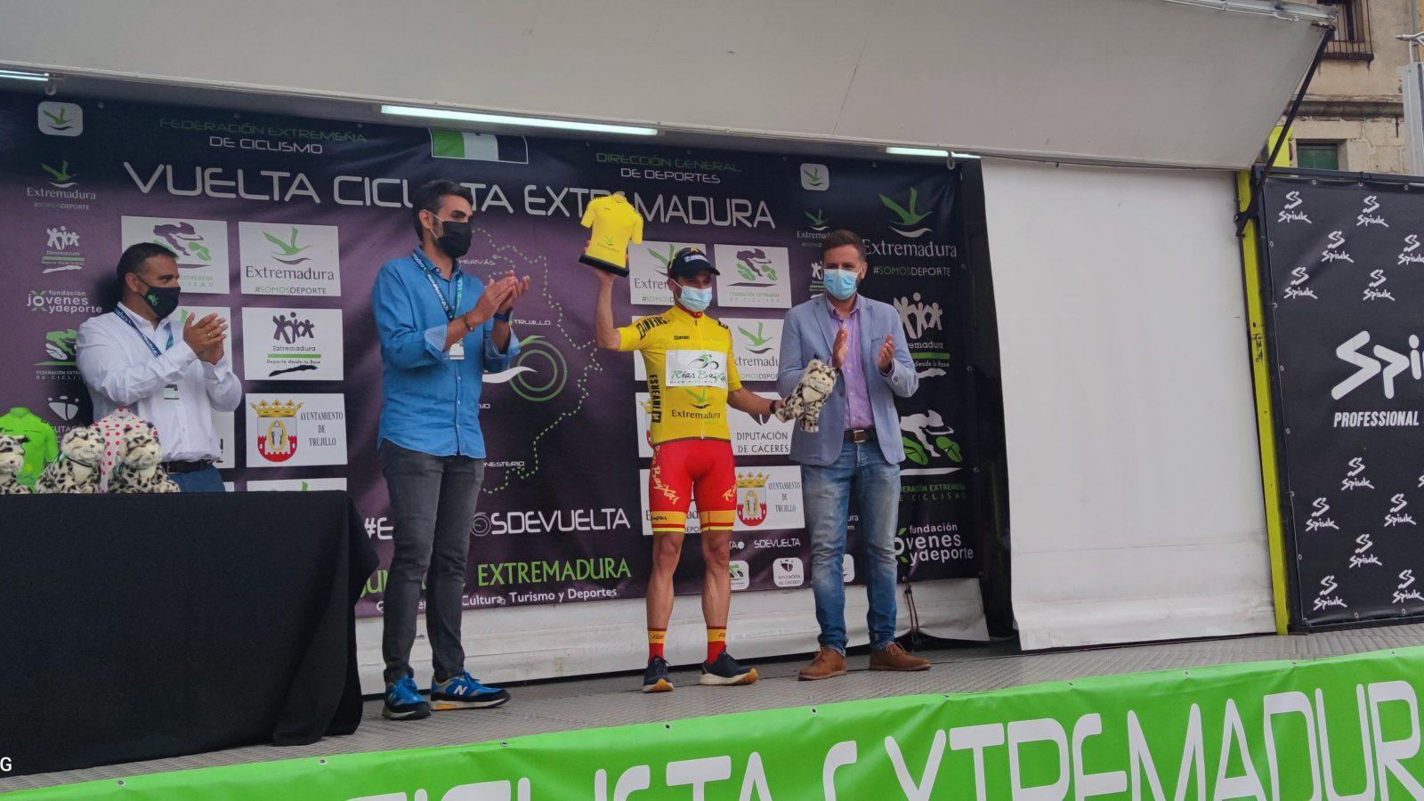 Benja Prades en lo alto del podium de la Vuelta a Extremadura (Foto: @CCRiasBaixas)