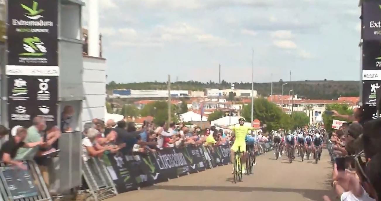 Miguel Ángel Fernández se ha impuesto en la primera etapa de la Vuelta a Extremadura (Fuente: @CiclismoElPeloton / Imagen por la emisión de @sportpublicTV)