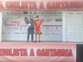 Imagen de Benjamí Prades en el podium de Cantabria tras ganar en Vioño (Foto: Fabio López/Ciclismo El Pelotón)